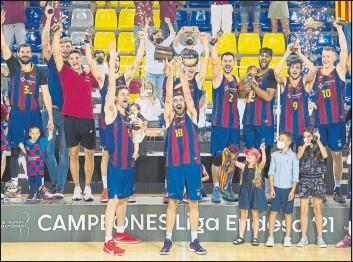 ??  ?? El capitán Oriola levantó el trofeo junto a Gasol, a quien pidió que le acompañase en una imagen de gran simbolismo