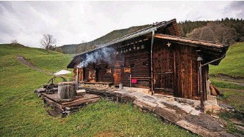 ?? Foto: PD ?? Möglichst schön und authentisch: Beat «Yeti» Hutmacher darf diese Alphütte weiterhin für Ferienzwecke vermieten.