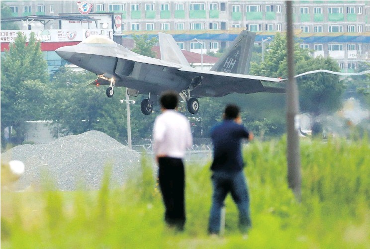 ?? PARK CHUL-HOG / YONHAP VIA THE ASSOCIATED PRESS ?? A U.S. F-22 Raptor stealth fighter jet lands as South Korea and the U.S. conduct the Max Thunder joint military exercise at an air base in Gwangju, South Korea, in May.