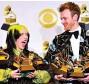 ??  ?? Aquí cargando cada uno sus cinco Grammys de este año.