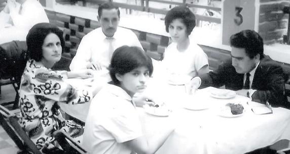 ??  ?? HUAMANGA. Augusta La Torre y Abimael Guzmán acompañados por Delia Carrasco, Carlos La Torre y Gisela La Torre.