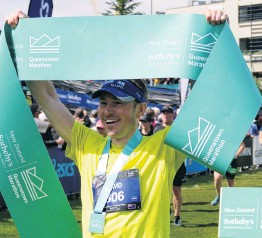 ?? PHOTOS: TRACEY ROXBURGH ?? Top effort . . . Queenstown Marathon winner David Haunschmidt, of Tauranga, who crossed the finishline in 2hr 39min 40sec.