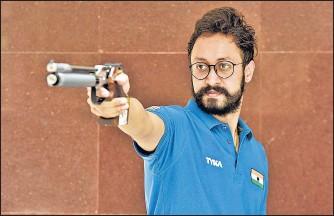 ?? SANJEEV VERMA/HT PHOTO ?? Indian pistol shooter Abhishek Verma takes aim at the target.