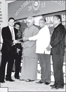 ??  ?? Kandurata Umbrellas Director Operations M.T.M. Nawufal receiving the MAS Lanka Business Excellence Award from former Sri Lanka Cricket captain and Parliamentarian Arjuna Ranatunga and Agriculture Minister Mahinda Yapa Abeywardena