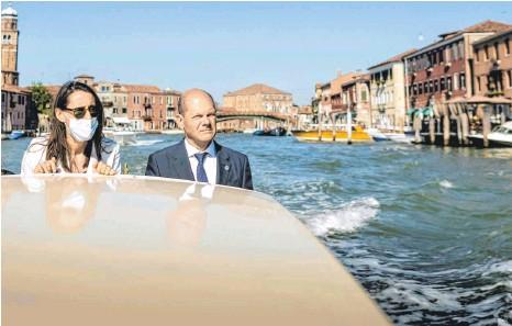 ?? FOTO: XANDER HEINL/IMAGO IMAGES ?? Auf dem Weg zu neuen Ufern: Tatjana Schenke-Olivieri, die deutsche Generalkonsulin in Mailand, und Finanzminister Olaf Scholz fahren in einem Vaporetto zum G20-Gipfel in Venedig.