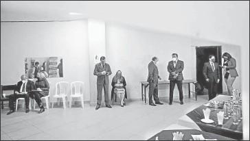 ?? Julio Estrella / El Comercio ?? • El sábado, Gustavo Larrea y Paúl Carrasco conversaban animadamente en el camarín.