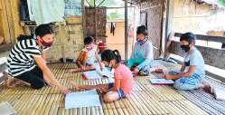 ??  ?? A volunteer assists young learners in Kiamba, Sarangani Province. (Photo courtesy of SJ Selabac/ DepEd Sarangani)