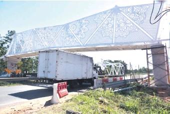 ??  ?? La pasarela peatonal ñandutí no pudo costar más de 500.000 dólares, según técnicos.