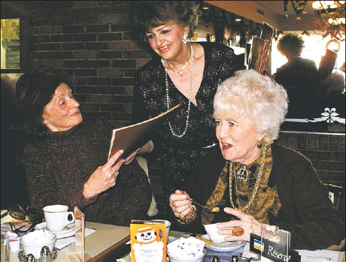 ?? GORDON BECK GAZETTE FILE PHOTO ?? Back in 2001, hostess Suzie Swirszcz served regulars Jean Appel (left) and Brina Pines at the last of the Montreal area Murray's restaurants at the Lucerne shopping mall in Town of Mount Royal.