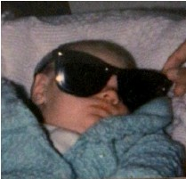 """??  ?? Bebito canchero Esta es una foto del actor con pocos días de vida. Su abuelo Luis le puso unas gafas para sol y le tomaron esta fotografía, """"Mi abuelo es una persona súper importante en mi vida y te podría hablar horas de él. Sabe que lo quiero mucho y se lo repito a diario"""", comenta el ex chico Disney."""