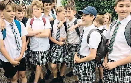 ?? TWITTER ?? Los alumnos de la Isca Academy con las faldas de sus compañeras como protesta por no poder vestir shorts