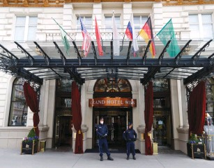 ?? (Leonhard Foeger/Reuters) ?? POLICE OFFICERS stand guard outside the hotel yesterday where a meeting of the JCPOA Joint Commission on the Iran nuclear deal was held in Vienna.