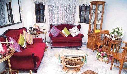 Gabungan Sofa Moden Dengan Set Kayu Jati Di Ruang Tamu Utama