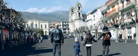 ?? (Ansa) ?? Il manto La cenere vulcanica dell'Etna caduta nella piazza principale di Zafferana Etnea, nel Catanese