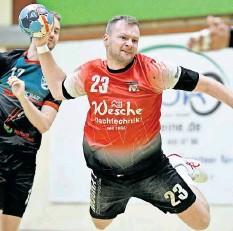 ?? FOTO: ISABELL MASSEL ?? Lukas Bühn fliegt im Testspiel gegen die SG Börde Handball II in den Kreis. Er gewann mit dem MTV Groß Lafferde am Ende mit 20 Toren Differenz.