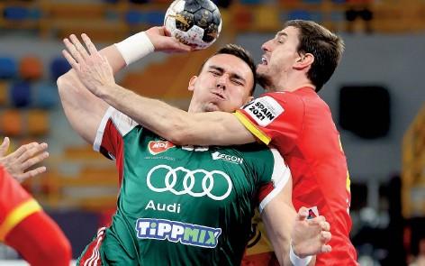 ??  ?? L'Espagnol Viran Morros stoppe le Hongrois Richard Bodo lors de la large victoire de la Roja (36-28, hier).
