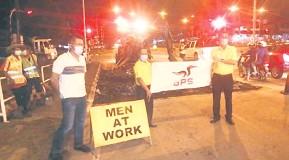 ??  ?? TURUN PADANG: Wilfred, Lai dan Lee meninjau kerja-kerja menaik taraf dan penyelenggaraan dilaksanakan kontraktor MPP di persimpangan lampu isyarat Jalan Liu Shan Bang di Kota Sentosa baru-baru ini.