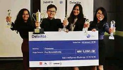 ??  ?? Team Ravenous with Tham as member wins the 2016 national level Deloitte Risk Challenge competititon.