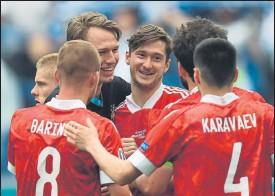 ?? FOTO: EFE ?? Alegría rusa Los jugadores de Rusia celebran el gol de Miranchuk (c) ante Finlandia