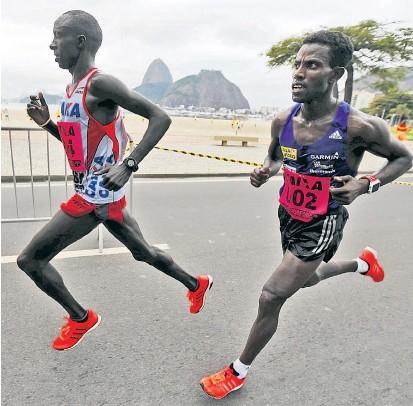 ??  ?? Lemawork Ketema (re.) lief 2015 in Rio auf Rang zwei hinter Willy Kangogo Kimutai (li.). aus Kenia.