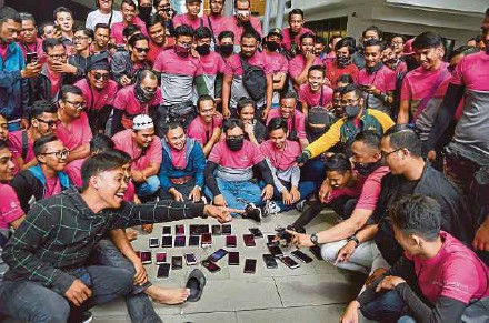 ?? PIC BY ASWADI ALIAS ?? Freelance riders in front of the Foodpanda headquarters in Kuala Lumpur yesterday.