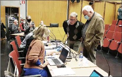 ?? EMILIA ÖRNMARK ?? FÖRHANDLINGSPAUS. Kommundirektör Erika Strandberg (sittande närmast kameran) diskuterar med Vänsterförbundets Esko Antikainen och Tomy Wass hur man kan tänka sig att fullmäktige hanterar motionen om Sabbelskasernen.