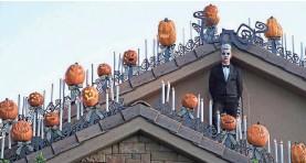 ?? SHANE STEWART VIA AP ?? Professor Josh Pedersen stands atop his St. George roof.