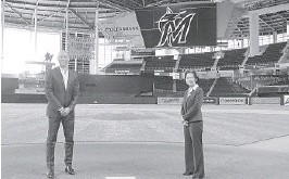 ?? JOSEPHGUZY/MIAMIMARLINSVIAAP ?? NewMiami Marlins general managerKimNg, right, andCEODerekJeter pose for a photo Nov. 16at Marlins Park beforeNgwas introduced during a virtual news conference.