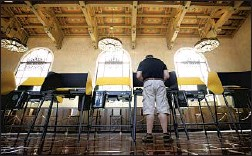 ?? Al Seib Los Angeles Times ?? NOT WAITING until the last minute, Josh Hodas casts his ballot Monday morning in the historic Union Station Ticket Hall in Los Angeles.