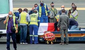 ??  ?? Omaggio All'aeroporto di Goma, in Congo, una delle due bare coperta da una bandiera tricolore