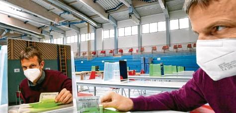 ?? Foto: Marcus Merk ?? In der Turnhalle der Eichenwaldschule Neusäß ist alles für die Schnelltests der Schüler vorbereitet. Schulleiter Thomas Fink demonstriert, wie es geht.