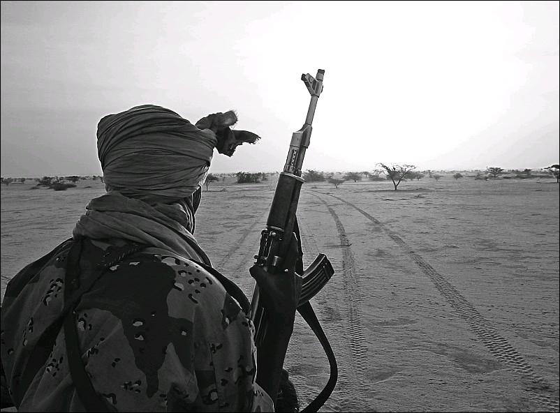 ?? ALEXIS DUCLOS / LIGHTMEDIATION ?? A Darfurian rebel looks across the desert.