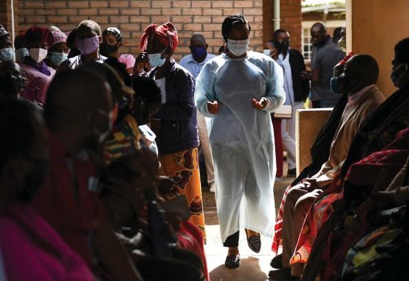 ?? Foto: Thoko Chikondi (AP) ?? Gesundheitszentrum in der Stadt Ndirande in Malawi: In dem südostafrikanischen Staat sind nicht einmal 1,5 Prozent der Bevölkerung vollständig immunisiert.