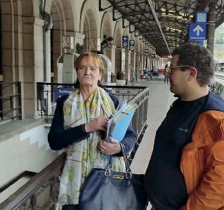 ??  ?? Sopralluogo Martha Stocker in stazione assieme ad Andrea Tremolada di Volontarius