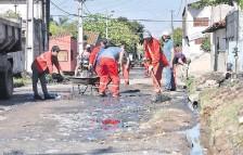 ??  ?? Obreros trabajaron ayer en la limpieza de la calle TacuarY, continuación de la obra. Aquí ya no se hará el recapado.