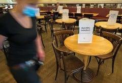 ?? FOTO: P. KNEFFEL / DPA ?? Bei Gästen in geschlossenen Räumen eines Restaurants müssen die Betreiber in Thüringen nun die Daten aller Personen aufnehmen.