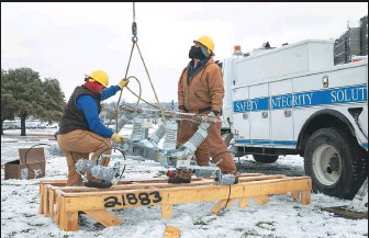 ?? THOMAS RYAN ALLISON / BLOOMBERG VIA GETTY IMAGES ?? Workers repair a power line in Austin, Texas, on Wednesday. Many of the millions of Texans lost power for days after a deadly winter blast overwhelmed the electric grid.