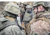 ??  ?? Besuch im Schützengraben: Der Präsident der Ukraine, Wolodymyr Selenskyj, bei Soldaten im Osten des Landes