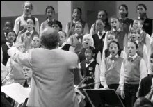 ?? BY MAURICIO FRANCO ?? John Rutter conducts his Mass of the Children at the Rock Creek Festival.