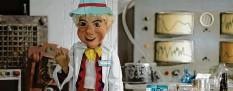 ?? Screenshot: Nicole Prestle ?? Der Puppenkisten‰kasper erklärt Kindern in einem Video, wie man einen Corona‰ Schnelltest macht.