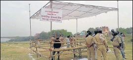 ??  ?? The temporary crematorium in Varanasi.