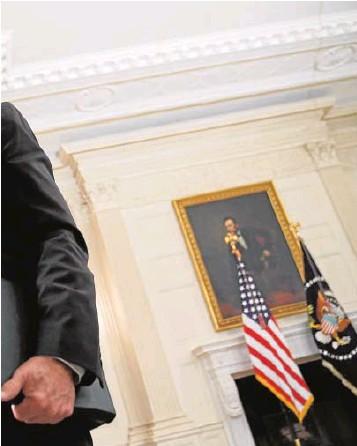 ?? // AFP ?? Biden abandona una sala de la Casa Blanca tras un discurso
