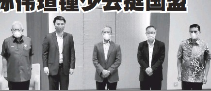 ??  ?? 孫偉瑄(左2)和鍾少雲(左4)在韓沙再努丁(左)與阿茲敏(右)的陪同下與首相慕尤丁會面,並轉態支持國盟政府。