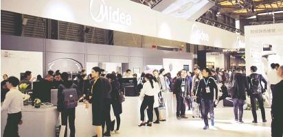 ??  ?? 2019年3月,在上海举行的中国家电及消费电子博览会(AWE)上,美的展示机器人工智能和空调新技术视觉中国图