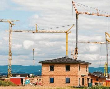 ?? Foto: Armin Weigel, dpa ?? Bauherren, die keinen Festpreis vereinbart haben, müssen mit Preissteigerungen rechnen.