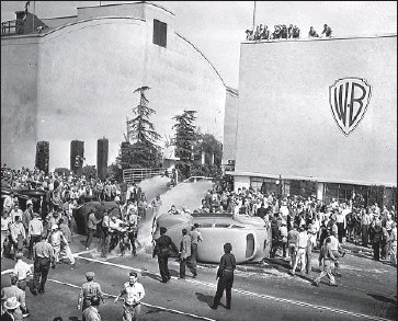 ?? Andrew H. Arnott Los Angeles Times ?? STRIKERS and strikebreakers clash outside employee entrance to Warner Bros. in Burbank on Oct. 5, 1945.