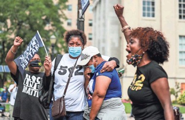 ?? MATT STONE/USA TODAY NETWORK ?? Christina Johnson chants Breonna Taylor's name Wednesday as people gather to hear a grand jury's findings on the police officers involved in her fatal shooting in Louisville, Ky.