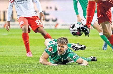 ?? FOTO: IMAGO/NORDPHOTO ?? Im Getümmel am Boden: Werder Bremens Niclas Füllkrug in der Partie gegen Mainz.