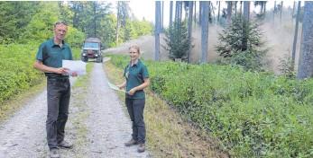 ?? FOTO: PHILIPP RICHTER ?? Förster Hans Steinhauser und Annika Bidlingmeier bei der Waldkalkung im Forstrevier Vogt.
