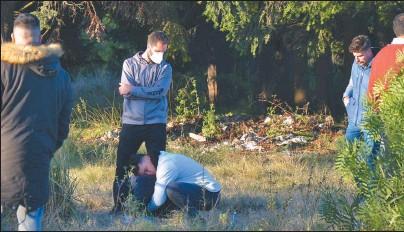 ?? TELAM ?? INEXPLICABLE. Familiares y amigos se acercaron al sitio donde fue hallado el cuerpo del joven contador.